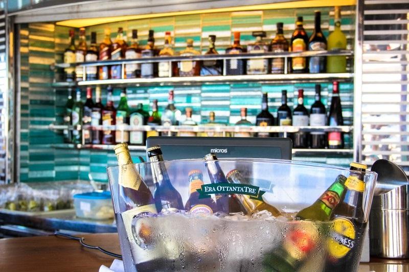 Bebidas em bar de navio